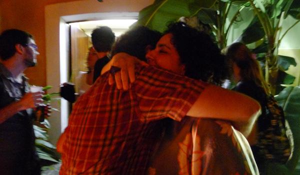 Nara recebendo abraço de Arilson Lopes