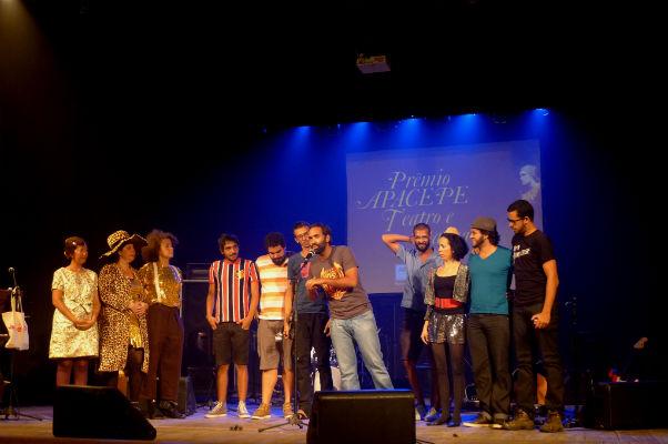 O grupo  Magiluth na entrega do prêmio da Apacepe