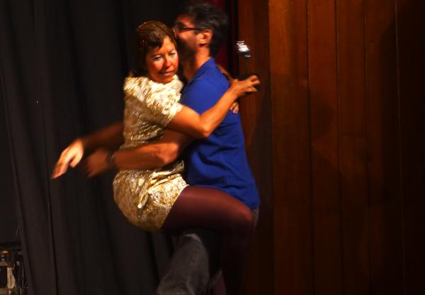 Mary Enn toda assanhada agarrando Luciano Pontes. Foto: Pollyanna Diniz