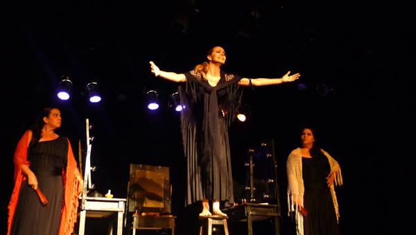 Bruna Castiel (centro) ganhou prêmio de melhor atriz por sua atuação na montagem