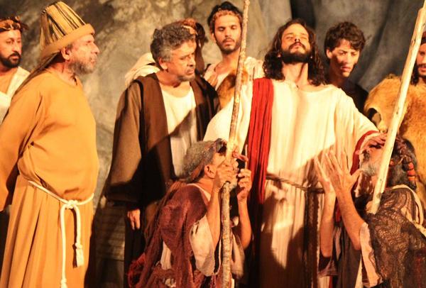 Jones Melo, à esquerda, em cena da Paixão de Cristo de Nova Jerusalém