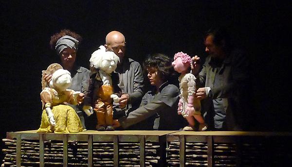 Algodão doce tem bonecos com textura de algodão doce e ainda bonecos maiores do que os manipuladores. Foto: Ivana Moura