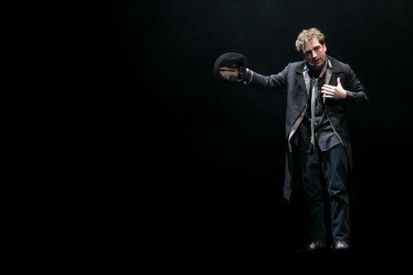 Uma noite na lua, com o ator Gregório Duvivier, substituiu o belga Kiss & Cry. Fotos: Daniel Isolani