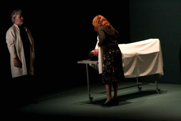 Renata Sorrah está plena como nesta cena do reconhecimento do corpo do fiho;