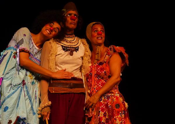 Divinas, da Duas Companhias, abre o festival. Foto: Pollyanna Diniz