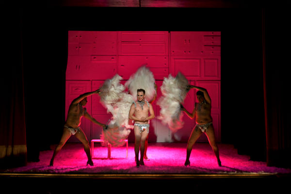 Ópera é a segunda montagem do Coletivo Angu de Teatro, que faz apresentações no Santa Isabel