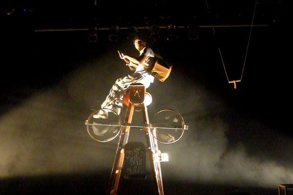 Se o Teatro Marco Camarotti tivesse um pé direito mais alto, a cena da bicicleta ficaria ainda mais bonita