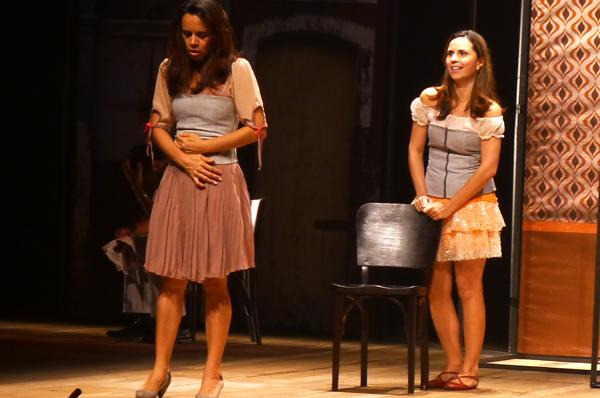 Andrêzza é Selminha e Daniela Travassos intepreta Dália