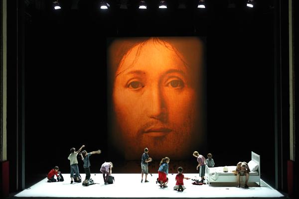 Sobre o conceito da face no filho de Deus, do grupo italiano Socìetas Raffaello Sanzio, é a principal atração do POA em cena