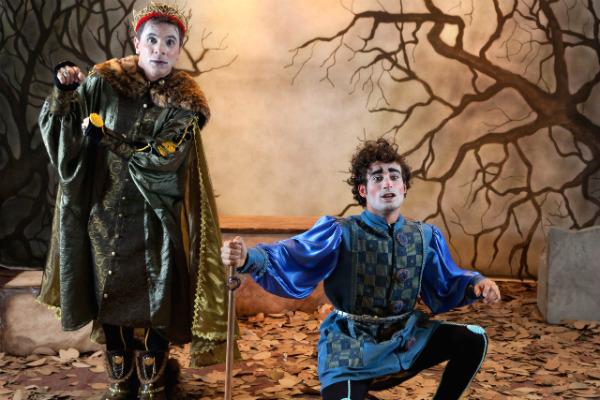 Davi Taiu e Erickson Almeida em O Príncipe da Dinamarca. Foto: João Caldas