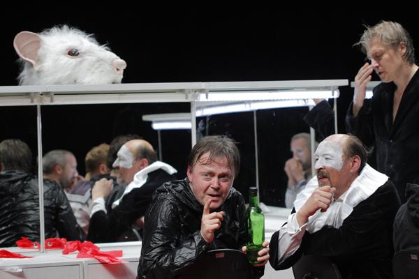 """Hamlet, da companhia lituana OKT, principia com uma pergunta: """"Quem é você?"""". Foto: Lígia Jardim"""
