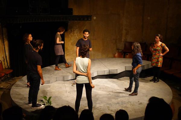 Concreto armado, espetáculo do Teatro Inominável, estreou no Festival de Curitiba. Foto: Pollyanna Diniz