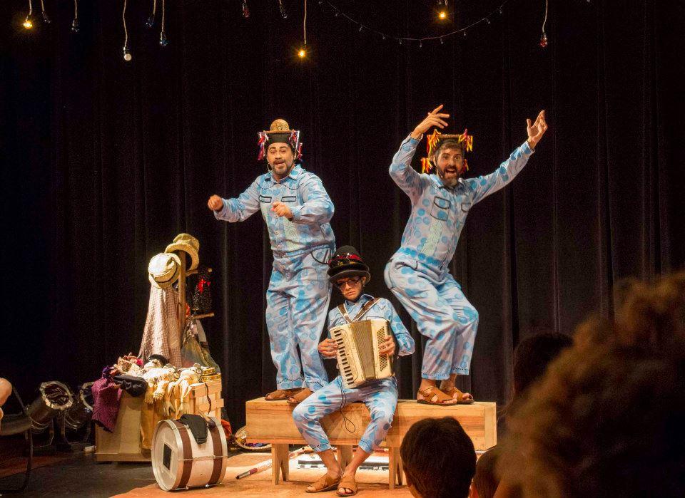 Arilson Lopes e Luciano Pontes, e o músico Samuel Lira no centro, na peça As Travessuras de Mané Gostoso. Foto: Divulgação