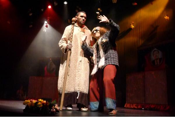 Joel Monteiro como Dom John e Paula Queiroz Borracho. Foto: Ivana Moura