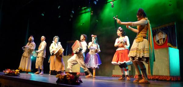 Música executada ao vivo  pelos atores é um dos trunfos da montagem. Foto Ivana Moura