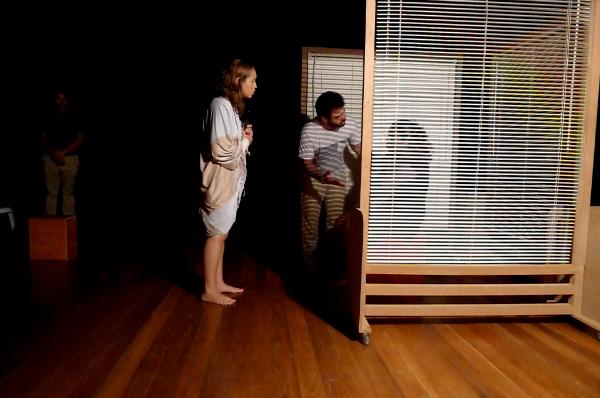 Cena de ameaças e chantagem entre o casal e a suposta mãe do garoto assassinado