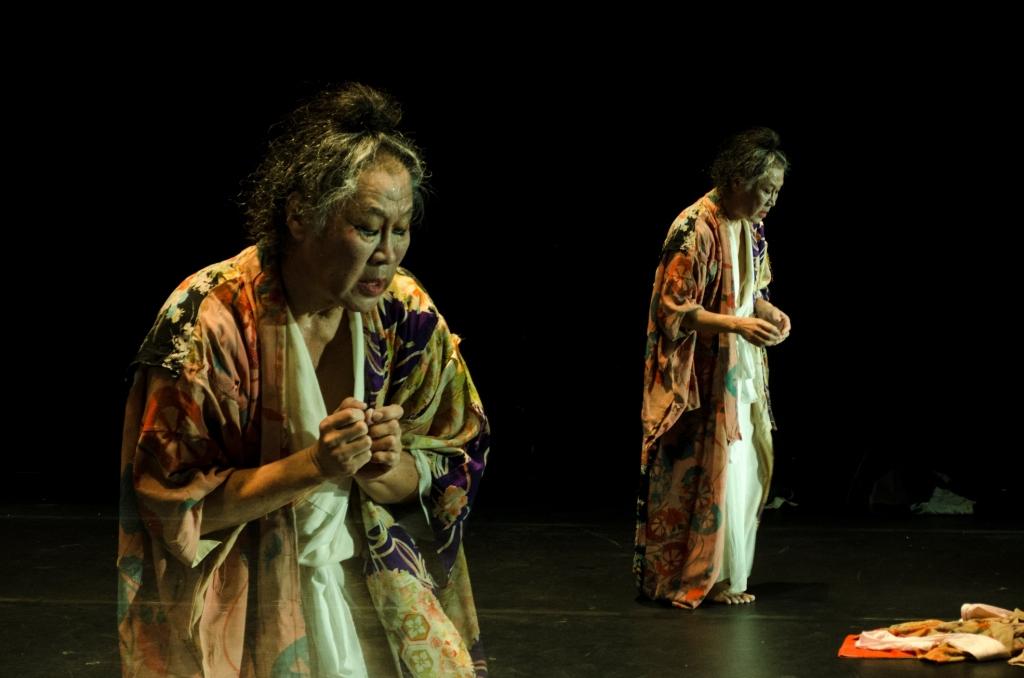 Em Fukushima Mon Amour , bailarino tabalha com claros-escuros