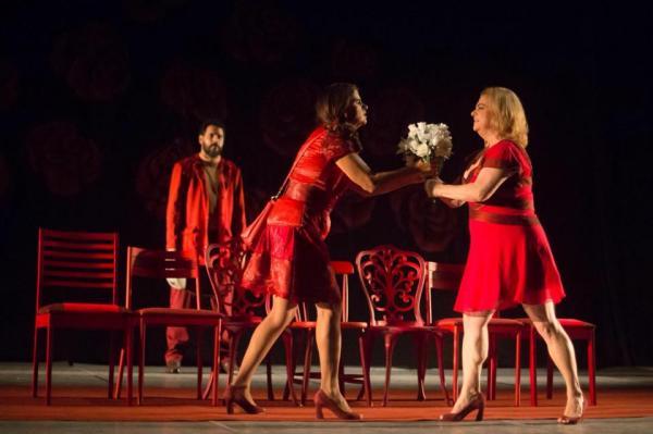 Lívia (Nilza Lisboa) e Marina (Simone Figueiredo) são ex-amigas e querem vingança. No Teatro Boa Vista.