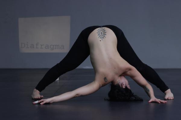 Performance de Flavia Pinheiro convoca objetos obsoletos para fazer um paralelo entre  corpo e tecnologia