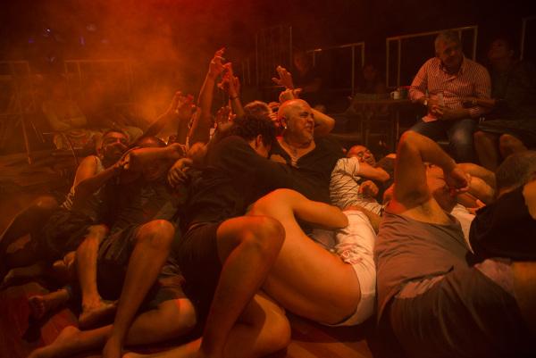 Vinte e cinco homens espremidos num cubículo imundo onde mal caberiam oito é mote do espetáculo Sistema 25 . Foto: Camila Sérgio