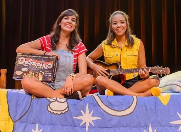 Duda Martins e Lívia  Lins, que atuam e dirigem Abraço, produziram musical com dinheiro do próprio bolso. Foto: Fernanda Acioly/ Divulgação