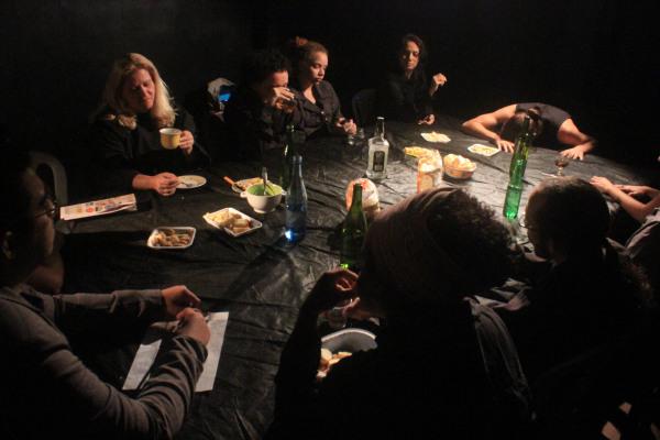 Clássicos da dramaturgia mundial são ingredientes da peça A mesa, com direção de  Samuel Santos. Foto: Samuel Santos.