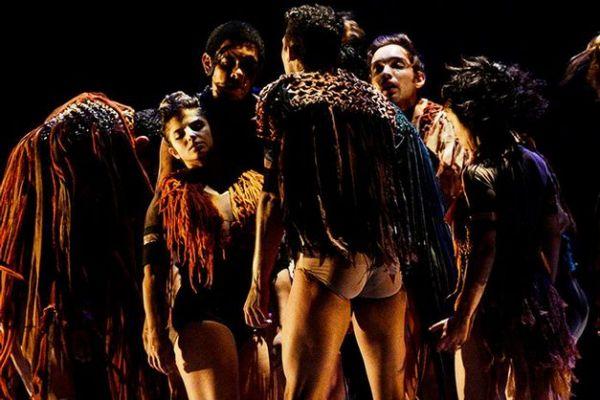 Espetáculo Naipi e Tarobá - A Lenda das Cataratas do Iguaçu, da Cia Eliane Fetzer de Dança Contemporânea. Foto: Bruna Burkat/ Divulgação