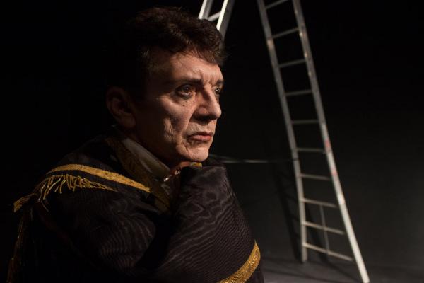 Manuel Carlos atua no solo O Canto do Cisne, com direção de João Denys. Fotos: Carla Sellan.