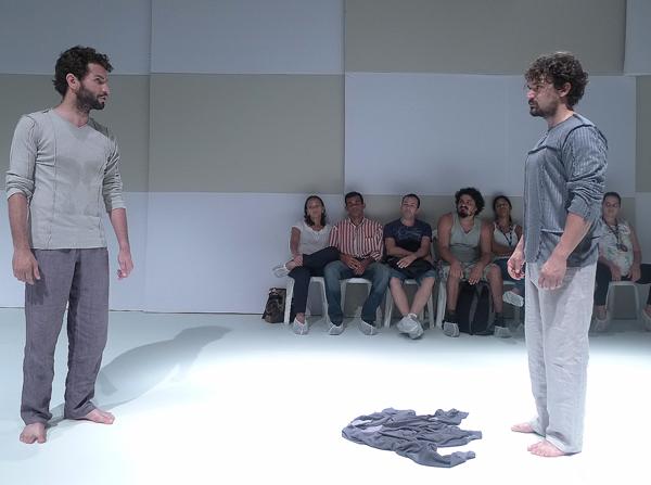 Texto do francês Bernard-Marie Koltès é levado a cena por Edjalma Freitas e Tay Lopez. Foto: Pollyanna Diniz