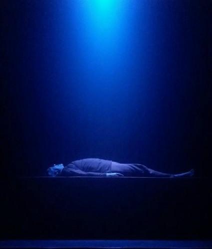 Ator inicia peça deitado sobre um plataforma. Foto: Suewellyn Cassimiro
