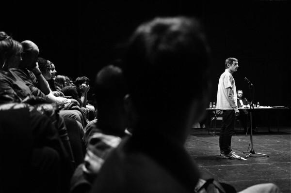 Espetáculo Por favor, Continue (Hamlet) conta com a participação de não atores. Foto: Divulgação