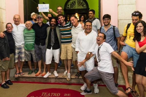 Grupo comemora a liberação da bermuda para entrar no Teatro de Santa Isabel