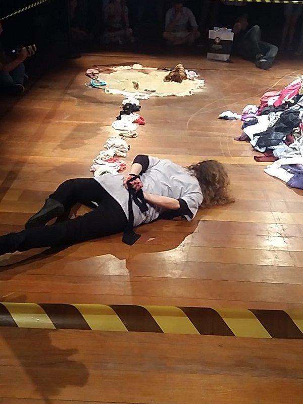 Performance foi fruto de uma parceria entre a atriz, performer e ativista mexicana Violeta Luna e o Coletivo Rubro Obsceno, de São Paulo. Foto: Reprodução Twitter Tusp