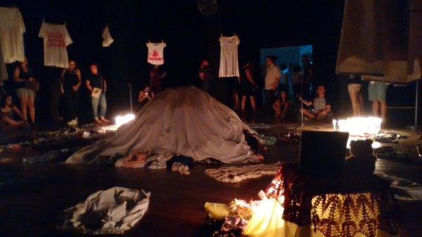Performance promoveu um velório simbólico para as vítimas. Foto: Reprodução Twitter Tusp