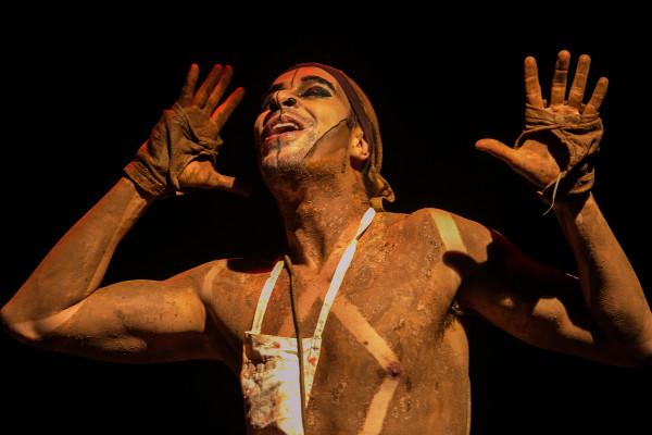 Alexandre Guimarães no espetáculo O Açougueiro. Lina Sumizono/Clix. Foto: Lina Sumizono/Clix