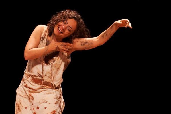 Ceronha Pontes no papel da escultura francesa, que passou 30 anos numa manicômio. Foto: Camila Sérgio