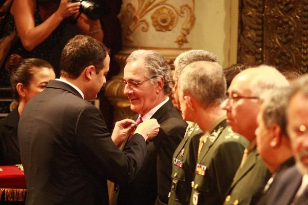 Entrega das medalhas pelo governador. foto: Foto: Roberto Pereira/ SEI