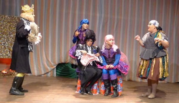 , com lenço na cabeça, interpreta a Burralheira. Foto: Ivana Moura