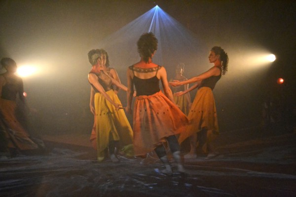 Retomada, espetáculo do Grupo Totem. Foto: Claudia Rangel