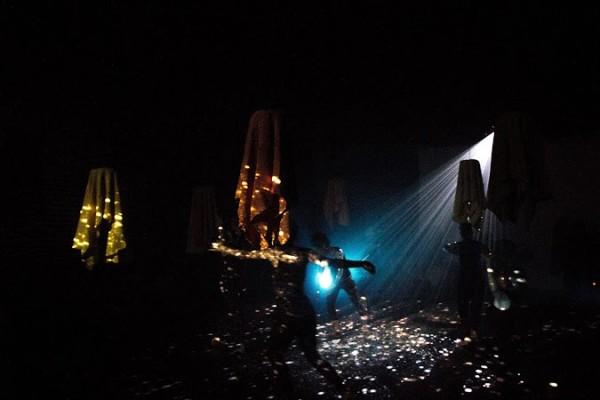 A iluminação, a música e o vídeo amplificam a voz da montagem