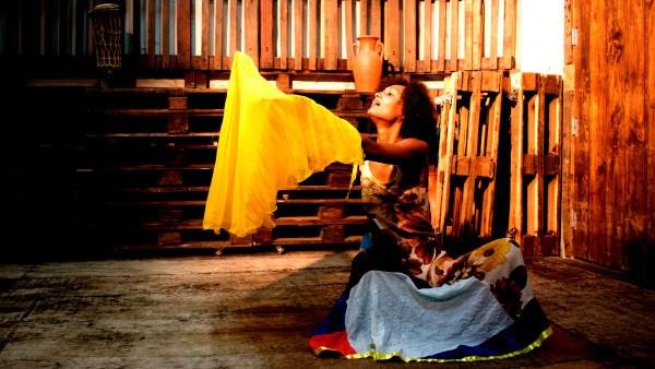 Primeiro solo da atriz Agrinez Melo.  Foto: Divulgação