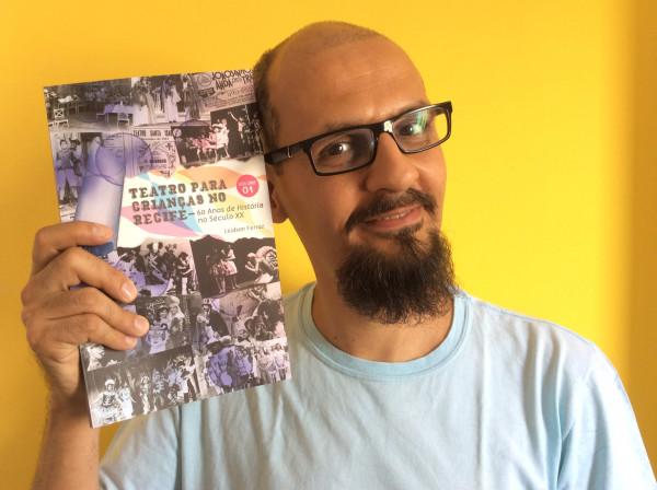 Pesquisador e jornalista Leidson lança livro sobre produção para crianças em Pernambuco. Foto: Roberto MoreiraDias