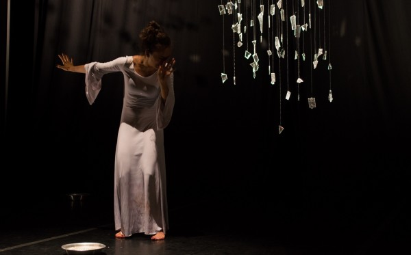 Leve Cicatriz, com Luciana Brandão e direção de Léo Kildare Louback – Foto: Claudia Saito /Coletivo Fotomix 2015