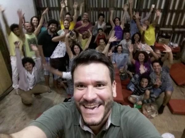 Reunião da equipe do Outubro ou nada, com Rodrigo Dourado em primeiro plano. Foto: Reprodução do Facebook