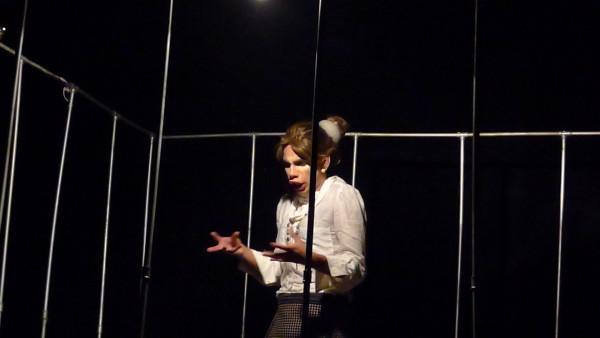 Neto questiona as ruindades latentes no ser humano em A Mulher Monstro. Foto: Ivana Moura