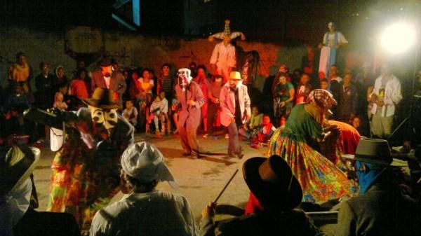 Proximidade e intimidade entre transeunte e atores são os elementos centrais na peça dirigina por André Carreiras. Foto: Divulgação