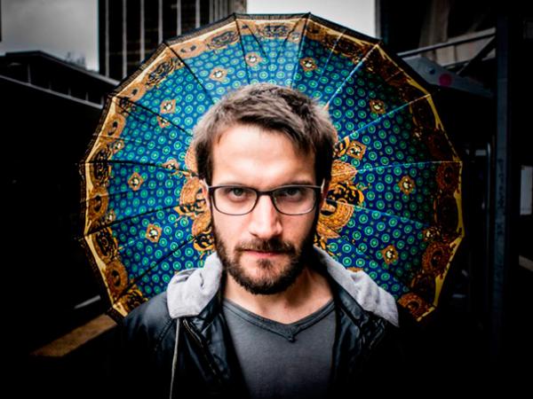 Dramaturgo e diretor Alexandre dal Farra. Foto: Jonas Tucci/ Divulgação