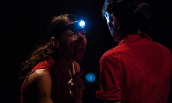 Pupik - Fuga em 2, dueto de Naomi Silman, do LUME Teatro e Yael Karavan, do Karavan Ensemble (Israel -Inglaterra). Foto: Arthur Amaral