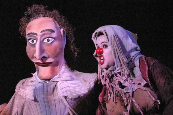 Fabiana Pirro (na foto por trás da boneca) e Lívia Falcão dividem palco em Caetana