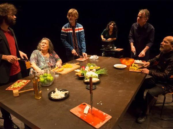Em Nós, sete pessoas partilham angústias e esperanças enquanto preparam a última sopa. Foto: Guto Muniz